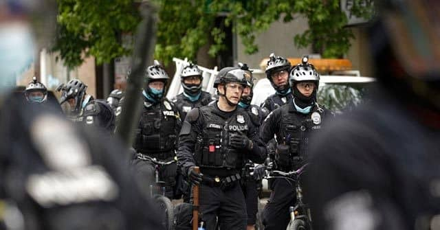 Seattle Cops Leave in Droves amid City Vote to 'Defund Police' 1