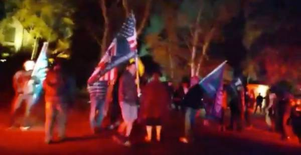 Californians Revolt: Anti-Lock Down Protesters Storm the Streets, Gather Outside Gavin Newsom's House in Defiance of Curfew Order (VIDEO) 1