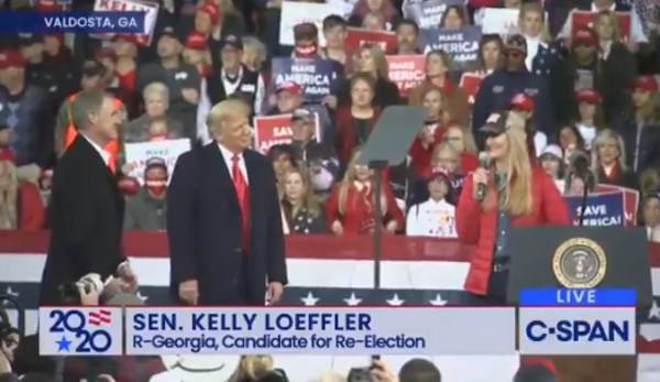 EPIC: Crowd Chants 'Fight for Trump' During Statements From Senators Loeffler and Perdue in Georgia (VIDEO) 1