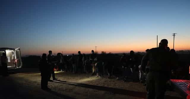 Large Migrant Groups, Unaccompanied Minors Apprehended in Arizona Desert near Border 1